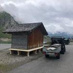 Neue Bänke montieren für Buswartehütte Spullersee