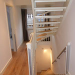 Treppenaufgang zum Apartment (Steintreppe) und zum Schlafzimmer im Dachgeschoss (Holztreppe)