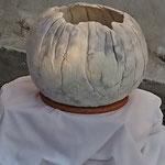 """Lampe """" Iceberg"""" H : 30 cm et Ø 32 cm environ en laine mérinos et soie."""