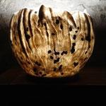 """Lampe """"Groenland"""" H : 26 cm et Ø 30 cm environ en laine mérinos, mousseline de soie, soie tussah, toison mérinos,  sur socle en liège, système électrique et lampe LED."""