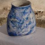 """Vase """"Miroir bleuté"""" H : 18 cm et Ø 17 cm environ en laine mérinos et soie."""