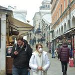 リアルト橋の近くで、工事用のマスクをつけて歩く外国人観光客の女性