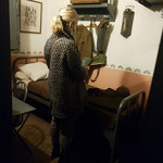 La petite fille du lieutenant Damour dans la chambre de son grand-père