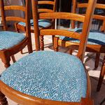 Couverture de galettes des chaises avec le tissu tendance