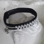 Nr 31./250:-, Svart med vita pärlor, ca 1,0 cm brett