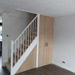 Door stefig op maat gemaakte trapkast met eiken deuren. Trap is dichtgezet met stootborden. Gemonteerd in Puttershoek.