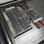 Der Mengensatz auf dem Drucktisch zum Andrucken