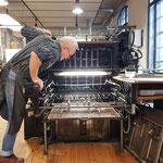 Der Buchdrucker prüft genau