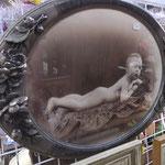 Photographie et cadre ovale ancien enfant allongé nu