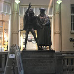 Faust und Mephisto vor dem Auerbachs Keller.