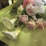 春らしい感じで卒業のお祝いの花束。4,000円税別。