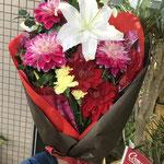 大ぶりな花でまとめた発表会で渡す花束。5,000円税別
