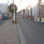 業務スーパーを通過し、そのまま線路沿いに直進