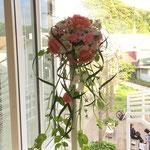 ウェディングの花 流れるグリーンを使ったキャスケードブーケ