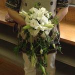 ウェディングの花 カサブランカのキャスケードブーケ