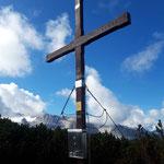 Was für ein Blick - hinter dem Gipfelkreuz der Hallstätter Gletscher