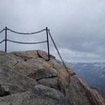 Das Geländer am Gipfel ist sicherlich von Vorteil :)