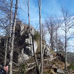 Auf diesen Felsen müssen wir noch hinauf, dann ist das Tagesziel erreicht