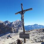 Bei dem wunderschönen Gipfelkreuz angekommen, dahinter ist das Massiv der Tofana zu sehen