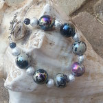 Damen Perlen Armkette Shiny Beads mit grossen 16mm Spacer Acryl Perlen schwarz-weiss und lila-gold glänzend und Sternenstaub Metallperlen