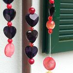 Retro Vintage Mobile Klangspiel Windspiel Girlande Red Temptation mit rotschwarzer Abtropfkelle, schwarzen Acryl Herzperlen, orangeroten Blumen Fimoperlen