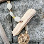 Schwemmholzgirlande Treibholz Girlande Mobile Windspiel Türdeko Wohn Accessoire Wohnschmuck mit weissem Herz Anhänger aus Metall, gelben und goldenen Holz- und Glasperlen