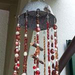 Retro Vintage Girlande Mobile Windspiel Sabira mit grauem Abtropfsieb, dunkelbraunen filigranen Metallherzen, rotbraunen Acrylperlen, weissen Imitat Muschelelementen