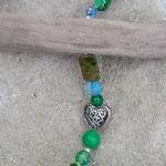 Girlande Mobile Windspiel Fiore di Primavera mit emailliertem Blumenanhänger weiss mit hellgrünen Punkten, verschiedenen grünen und blauen Glas-, Acryl- und Holzperlen, Herzperle dunkelblau