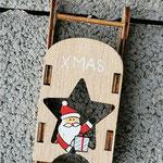 Weihnachtsdeko Weihnachts Advents Girlande Christmas Sleigh mit grünen & hellbraunen Rattankugeln, Schlittenanhänger mit Samichlaus, Bucheneckern, roten Glasperlen