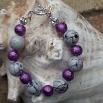 Damen Perlen Armkette Bella Donna mit violetten 10mm Glaskrepp-Perlen, 14mm grossen weiss-violetten Acer Acrylperlen