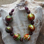 Damen Perlen Armkette Amaya mit 14mm grossen Spacer Acrypleren in weiss, gold, rot und hellgrün, 8mm dunkelbraunen Holzperlen und zwei rubinrote Acrylperlen