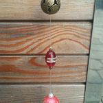 Weihnachts Schwemmholz Girlande Holy Spirit mit weissen Acrylsternen, Holzelementen, roten und orangen Lampworkperlen, handgemachten indonesichen roten Schmuckperlen