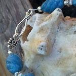 Perlen Halskette Steinkette Loredana mit blauen, spiralförmigen Steinperlen, weissen kleinen Zuchtperlen, silbernen Blumenrondellen und Hakenverschluss in Antiksilber