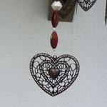 Retro Vintage Girlande Mobile Windspiel Sabira mit grauem Abtropfsieb, dunkelbraunen filigranen Metallherzen, roten Lampworkperlen, rotbraunen Acrylperlen, weissen Glasperlen