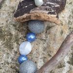 Weihnachts Engel Windspiel Angel of Kisses mit grossen glitzernden Silberperlen, weissen Perlmutt Acrylperlen. lila Glaskrepp Perlen, Engelanhänger aus Blech