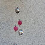 Windspiel Klangspiel Mobile Luana mit pinken Glas- und Acrylperlen, Acrylperlen im Silberlook, violetten Glasperlen und Kokosnuss