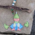 Schwemmholz Girlande Fensterhänger Goblin mit Zwergenanhänger aus Blech, weissen Holz-, Glas- &  Acrylperlen, bronze Drahtperlen, hellblauen Crackle Glasperlen, kleinen Muscheln, dunkelgrünen Acrylperlen