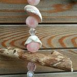 Schwemmholz Treibholz Girlande Windspiel Pinke Belle mit Blumenanhänger rosa aus Metall, Muscheln, rosa und durchsichtigen facettierten Acrylperlen, 2cm grossen rosa Samtperlen