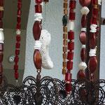 Retro Vintage Girlande Mobile Windspiel Sabira mit grauem Abtropfsieb, dunkelbraunen filigranen Metallherzen, roten & weiss-schwarzen Lampworkperlen, kleinen brauen Glasperlen