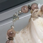 Perlen Halskette Perlenkette Edelstein Heilstein Isobel mit 12 und 14mm Mondstein Perlen, Bronzerondellen & weissen imitierten Muschelteilen aus Acryl, Karabinerverschluss