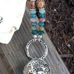 Lange Boho Ethno Jaspiskette Jaspis Perlenhalskette Rhonda mit Jaspisperlen, Kokosperlen, silbernen Blumenrondellen, mit Kugel Anhänger Blume des Lebens