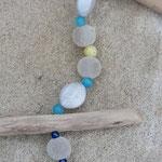 Schwemmholz Girlande Funny Jerk-Off mit Wichtelanhänger aus Blech, weissen Samtperlen, weissen Glanzperlen, hellblauen Katzenaugen Glasperlen, silbernen Acrylperlen und dunkelblauen Glanzperlen