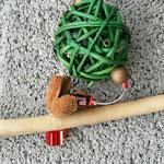 Weihnachtsdeko Weihnachts Advents Girlande Christmas Sleigh mit grünen und hellbraunen Rattankugeln, Schlittenanhänger mit Samichlaus, goldenen Acryl- & Holzperlen
