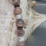 Perlen Halskette Perlenkette Edelstein Heilstein Isobel mit 12 und 14mm Mondstein Perlen, Bronzerondellen & weissen imitierten Muschelteilen aus Acryl und Karabinerverschluss
