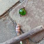 Schwemmholz Harmonie Engel Kristall Girlande Sol mit grossem Glaskristallanhänger, grünen Lampworkperlen, gelben & grünen Katzenaugen Glasperlen, indischen braunen Glasperlen, facettierte weisse Acrylperlen