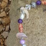 Drahtherz Türschmuck Fensterdeko Windspiel Legrena mit violetten Glasperlen, Muscheln, weissen Glanzperlen, indianischen Holzperlen, Sternenstaub Metallperlen, Metallperlen Antiksilberlook
