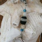 Schutzengel Schlüsselanhänger Levaniel mit brauner Kashmiriperle mit silbernen Punkten, cremefarbenen Steinperlen, blauen facettierten Glasperlen