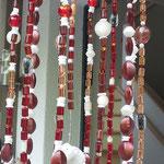 Retro Vintage Girlande Mobile Windspiel Sabira mit grauem Abtropfsieb, dunkelbraunen filigranen Metallherzen, weisser Muschel, ovalen indianischen Holzperlen, gelben Glasperlen