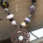 Lange Retro Perlen Halskette Mysterious Witch mit Schmuckanhänger in Altkupfer sowie Lampworkperlen in lila, violett, schwarzgold und indische Perlen sowie schwarze Acrylperlen