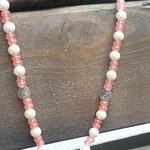 Lange liebliche Perlen Halskette Taj Mahal mit grossem Herz Schmuckanhänger, lachsfarbenen Glasperlen sowie weissen Glanzperlen